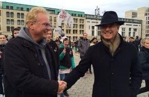 Journal Society GmbH: Japanischer Botschafter lässt Demonstranten gegen Delfinmassaker abblitzen - Unterstützung von Pierce Brosnan