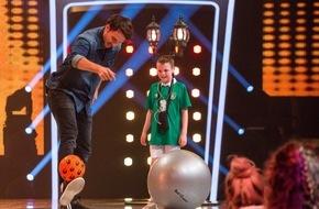 """SAT.1: Zweite Karriere? Skistar Felix Neureuther kickt in der neuen SAT.1-Show """"Superkids - Die größten kleinen Talente der Welt"""" gegen Irland"""