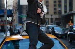 """Tele 5: """"Man steht nicht jeden Tag mit einer Kettensäge in Manhattan und brüllt 'Lasst uns ein paar Haie killen'!"""" / Ian Ziering im TELE 5-Interview über seine Hauptrolle in """"Sharknado 2"""""""