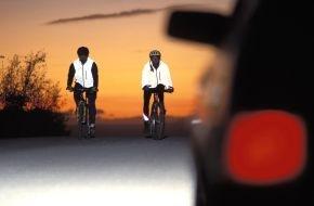 CosmosDirekt: Neon ist in: Mehr Sicherheit durch Sichtbarkeit beim Fahrradfahren