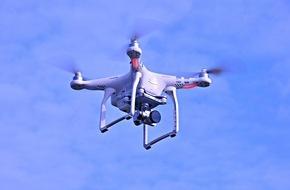 Polizeipräsidium Trier: POL-PPTR: Alsdorf/VG Irrel. Drohne stürzt auf fahrenden PKW