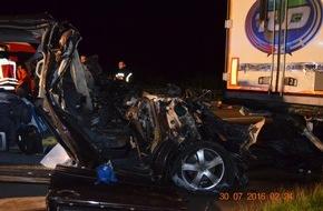 Polizeiinspektion Hildesheim: POL-HI: Tödlicher Verkehrsunfall auf BAB 7 - VW Multivan prallt unter Sattelzug