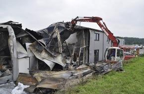 Freiwillige Feuerwehr Bedburg-Hau: FW-KLE: Abschlussmeldung: Brand eines kunststoffverarbeitenden Betriebs im Gewerbegebiet Bedburg-Hau