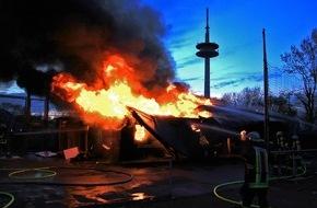 Feuerwehr Essen: FW-E: Feuer auf Sportanlage Planckstraße, Holzbaracke brennt nieder