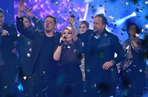"The Voice of Germany: Strahlende Siegerin! Charley Ann Schmutzler ist ""The Voice of Germany"" 2014 / Tagessieg für das Finale der Musikshow in SAT.1 / Single ""Blue Heart"" auf Platz 1"