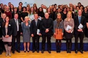 Formation Universitaire à Distance, Suisse: Formation Universitaire à Distance, Suisse: Remise des diplômes académiques 2013 (IMAGE/DOCUMENT)