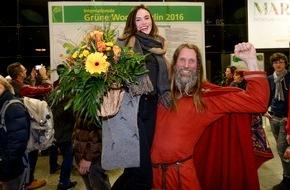 Messe Berlin GmbH: Grüne Woche 2016: 300.000. Besucherin auf den Arm genommen