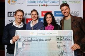 """Sky Deutschland: Schafkopfen für den guten Zweck: Charity-Turnier sammelt 23.000 Euro / gespielt wurde zugunsten der """"Nicolaidis YoungWings Stiftung"""" und der """"Sky Stiftung"""" / Thomas Müller nahm den Scheck entgegen"""