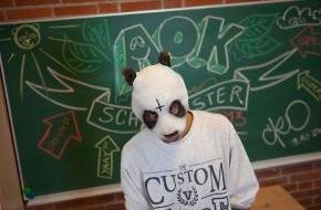 """AOK-Bundesverband: MITMACHEN IST SO """"EASY"""": Online-Quiz des AOK-Schulmeister 2013 gestartet - Siegerschule gewinnt Exklusiv-Konzert mit Cro"""