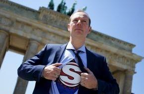 ZDFneo: Superman Martin Sonneborn rettet die Welt - Satirische Reportage in ZDFneo