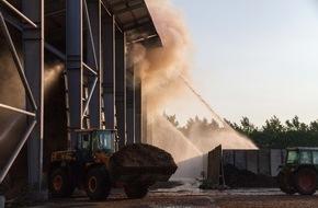 Kreisfeuerwehrverband Plön: FW-PLÖ: In Rendswühren gerät am Donnerstag gegen 18:20 Uhr eine Halle mit Holhackschnitzeln in Brand. Feuerwehrleute aus sieben umliegenden Wehren bekämpfen das Feuer.