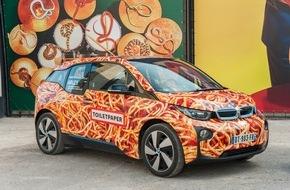 """BMW Group: Maurizio Cattelan gestaltet kein BMW Art Car noch schafft er """"Kunst"""": Weltpremiere seines BMW i3 in Arles"""