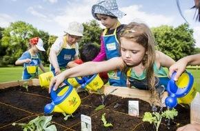 """EDEKA ZENTRALE AG & Co. KG: """"Wachsen Radieschen im Supermarkt?"""" / Das Projekt """"Gemüsebeete für Kids."""" der EDEKA Stiftung macht Kindergartenkinder zu Nachwuchsgärtnern (FOTO)"""