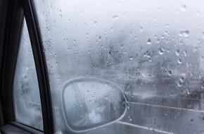 CosmosDirekt: Klare Sicht trotz nasskalten Winterwetters: Vier Tipps gegen beschlagene Autoscheiben