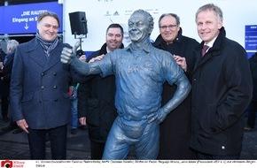HSV Fußball AG: HSV-Presseservice: Hermann-Rieger-Statue eingeweiht