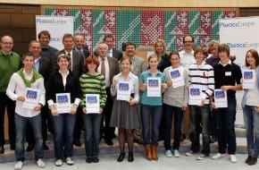 PlasticsEurope Deutschland e.V.: Jugendliche diskutierten über Kunststoff und Klimaschutz: Im NRW-Landtag wurden Fahrkarten nach Rom gelöst (mit Bild)