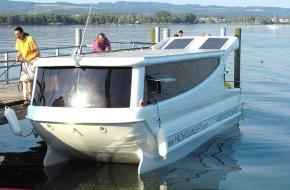 Deutsche Bundesstiftung Umwelt (DBU): Futuristischer Schwan gleitet mit Sonnenkraft durch das Wasser / Auf zu neuen Ufern: Sanfter Tourismus beginnt jetzt an Bord des ersten marktreifen Solar-Wanderbootes