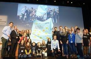 """Der Kinderkanal ARD/ZDF: """"#IamFair"""" - Zukunftsmacher nominieren Andreas Bourani für FairTrade-Challenge / 4. KiKA Kinder-Nachhaltigkeitstag: 30 Kinder fordern mehr Fairness von der Kleidungsindustrie"""