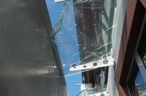 Polizeidirektion Landau: POL-PDLD: LKW fährt gegen Glasvordach