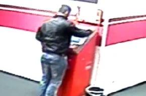 Polizei Düsseldorf: POL-D: Öffentlichkeitsfahndung nach Überfall auf Wettbüro in Pempelfort - 1.000 Euro Belohnung für die Ergreifung der beiden maskierten Täter - Video beigefügt