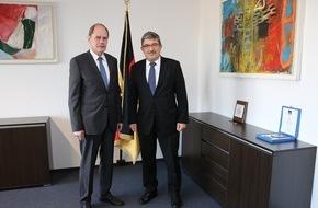 Presse- und Informationszentrum Personal: Bundeswehr als Arbeitgeber attraktiv Innenminister Caffier besucht das Bundesamt für das Personalmanagement der Bundeswehr in Köln