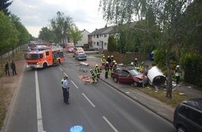 Feuerwehr Mönchengladbach: FW-MG: PKW kollidiert mit Betonlitfaßsäule, Fahrer schwer verletzt
