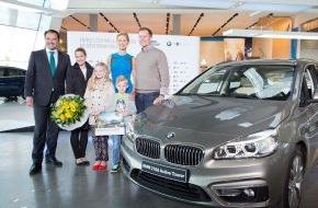 BMW Welt: Eine Welt mit 15.000.000 Besuchern / BMW Welt und BMW Markenbotschafterin Karolína Kurková überraschen Jubiläumsbesucher