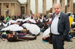 """SWR - Südwestrundfunk: Reichtumsforscher beanstandet Forschungslücken Potsdamer Soziologe: """"Wir haben keine Daten."""" / DPWV-Geschäftsführer Ulrich Schneider wirft Andrea Nahles vor, den Armutsbegriff """"klein zu raspeln"""""""