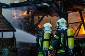 Feuerwehr Gelsenkirchen: FW-GE: Eine brennende Gartenlaube sorgt für hohe Rauchsäule über Beckhausen
