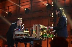 """ProSieben Television GmbH: Schreibmaschine und Weinflaschen: ECHO-Preisträger Joris bastelt für """"Musicshake"""" ein extravagantes Musikinstrument"""