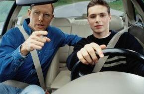 CosmosDirekt: Früh üben lohnt sich: Mit dem Führerschein ab 17 bei der Kfz-Versicherung sparen (FOTO)