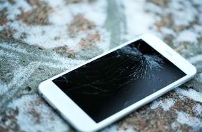 assona GmbH: Smartphone: Gut geschützt im Schneegestöber / Versicherungsdienstleister assona blickt ins Geräteinnere und verrät Tipps gegen Kälte- und Feuchtigkeitsschäden im Winter