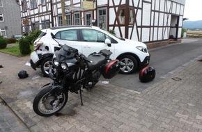 Polizeiinspektion Northeim/Osterode: POL-NOM: Motorrad prallt gegen stehenden PKW