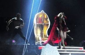 KARE Design GmbH: Goldener Thron für Jennifer Lopez: Arbeitsplatz für den schönsten Po der Welt