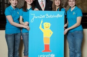 """UNICEF Deutschland: Roger Moore spornt an zur """"Mission Kinderrechte"""" / Endspurt für den  UNICEF-JuniorBotschafter-Wettbewerb 2010 (mit Bild)"""