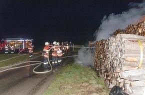 Kreisfeuerwehrverband Calw e.V.: FW-CW: Stapel mit Brennholz hat an Feldhütte gebrannt
