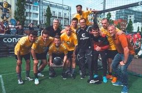 """congstar GmbH: DAS TURNIER: Berliner """"Balkan Mix"""" holt sich die Kiezkrone gegen die Profis / Hobbymannschaft gewinnt den Wettbewerb von congstar und dem FC St. Pauli"""