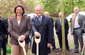 Fielmann AG: Tag des Baumes 2009: Bundesministerin Ilse Aigner und Günther Fielmann pflanzen Stieleiche im Berliner Tiergarten