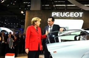 "Peugeot Deutschland GmbH: Peugeot auf der IAA 2009 / Bundeskanzlerin informiert sich über Peugeot-Projekt ""BB1"""