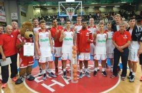 """Krombacher Brauerei GmbH & Co.: Verdienter Sieg für den FC Bayern Basketball! Auch die zweite Auflage der """"Krombacher Challenge"""" in der Hagener ENERVIE Arena war ein voller Erfolg und lieferte den Zuschauern ein spannendes Turnier"""