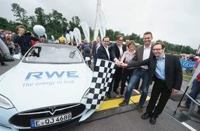 RWE Deutschland AG: RWE feiert erfolgreiche Go & See Tour 2015 / 3000 Kilometer mit Tesla S quer durch Europa / Beim Finale am Stadion Essen nimmt RWE größte eigene E-Bike-Ladesäule in Betrieb