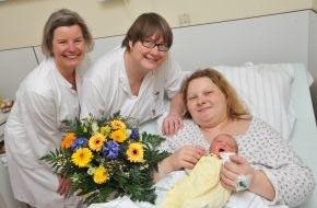 Asklepios Kliniken: Das tausendste Asklepios-Baby wurde in der Asklepios Klinik Nord - Heidberg geboren / Leonie-Sophie ist eine muntere Erstgeborene