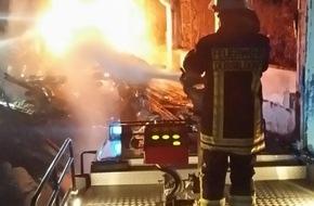 Feuerwehr Düsseldorf: FW-D: Feuer in ehemaliger Flüchtlingsunterkunft Messehalle 18