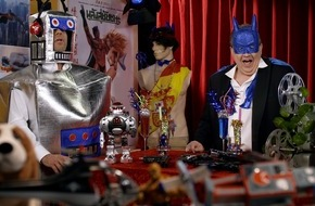 """Tele 5: """"Ein atemberaubendes Action-Feuerwerk der Knallerklasse BUMS mit Sternchen!"""" / Oliver Kalkofe und Peter Rütten präsentieren """"SchleFaZ: Supersonic Man"""" am 31. Juli um 22:10 Uhr auf TELE 5"""