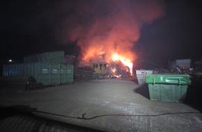 Feuerwehr Mülheim an der Ruhr: FW-MH: In Metallrecycling-Betrieb brannten 700 Kubikmeter Metall- und Kunststoffabfälle