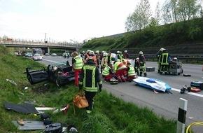 Feuerwehr Dortmund: FW-DO: 01.05.2016 - Schwerer Verkehrsunfall auf der BAB 2, Zwei schwerverletzte Personen nach mehrfachem PKW-Überschlag