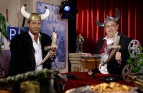 """Tele 5: """"Hejsan! Hur är läget? Varmt välkommen alla till SchleFaZ!"""" / Oliver Kalkofe und Peter Rütten präsentieren """"SchleFaZ: Thor, der Allmächtige"""" am 7. August um 22:05 Uhr auf TELE 5"""