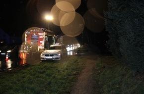 Freiwillige Feuerwehr Menden: FW Menden: PKW verschwindet zwischen Bäumen - Sechs Leichtverletzte nach Verkehrsunfall