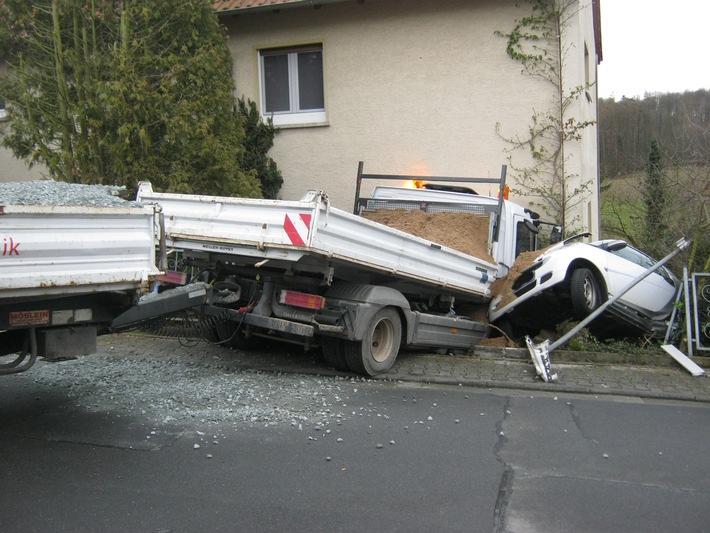 POL-DA: Modautal-Asbach: LKW durchbricht Hauswand / Hoher Schaden nach Unfall