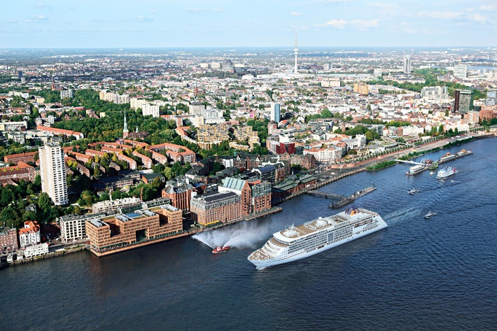 Hapag-Lloyd Kreuzfahrten tauft die EUROPA 2 beim Hamburger Hafengeburtstag 2013
